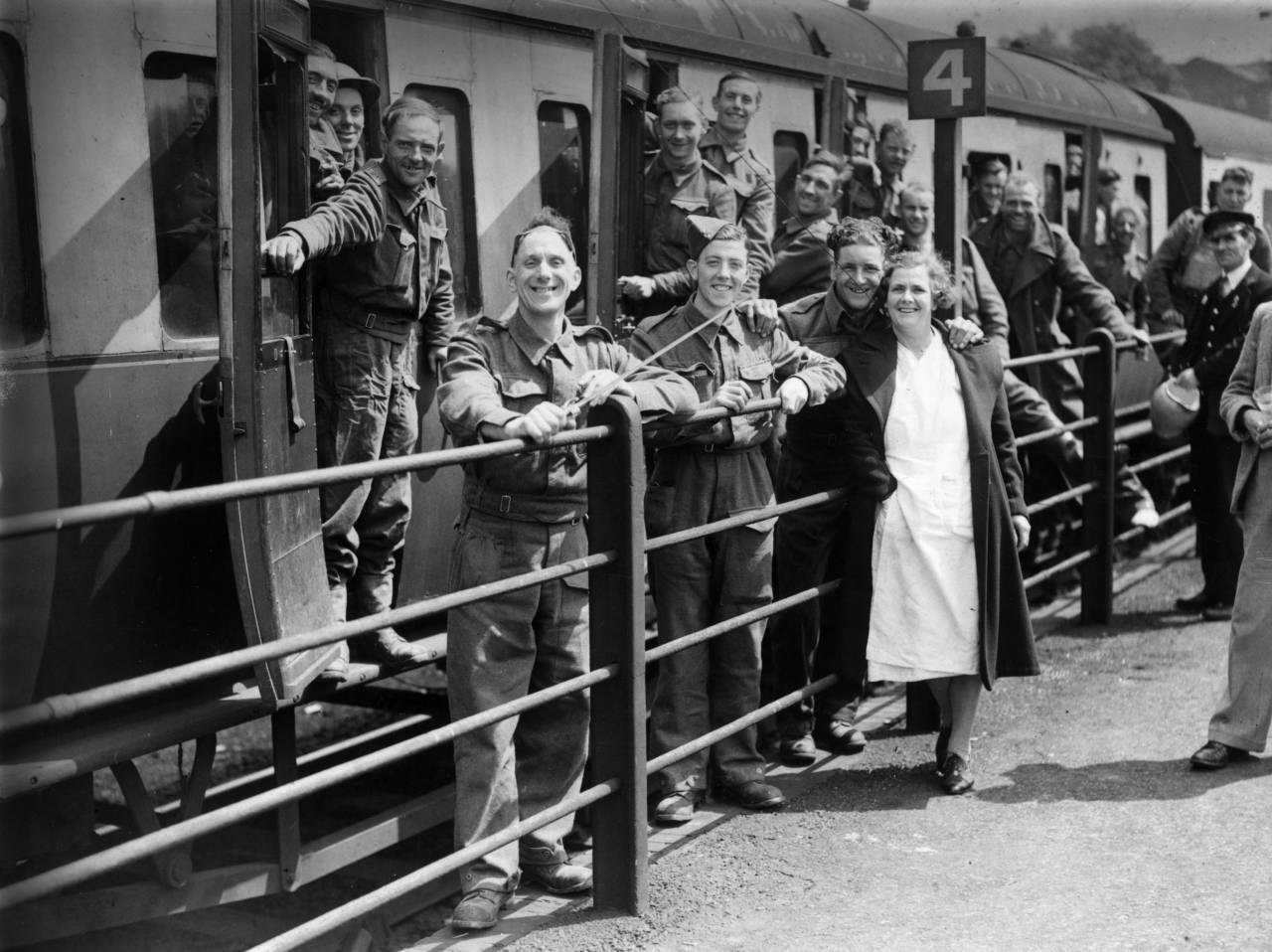 31st May 1940: Members of the BEF (British Expeditionary Force) smiling happily at a halt in their journey as they arrive safely in England after escape from Dunkirk. (Photo by Topical Press Agency/Getty Images)