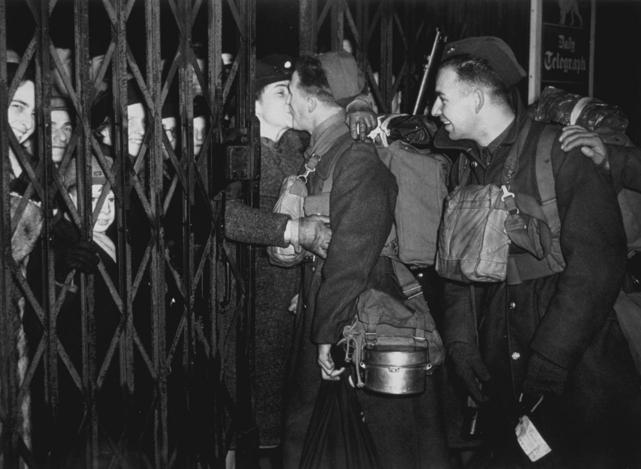 1940: Soldiers from the British Expeditionary Force returning to France after leave. (Photo by Fox Photos/Getty Images)