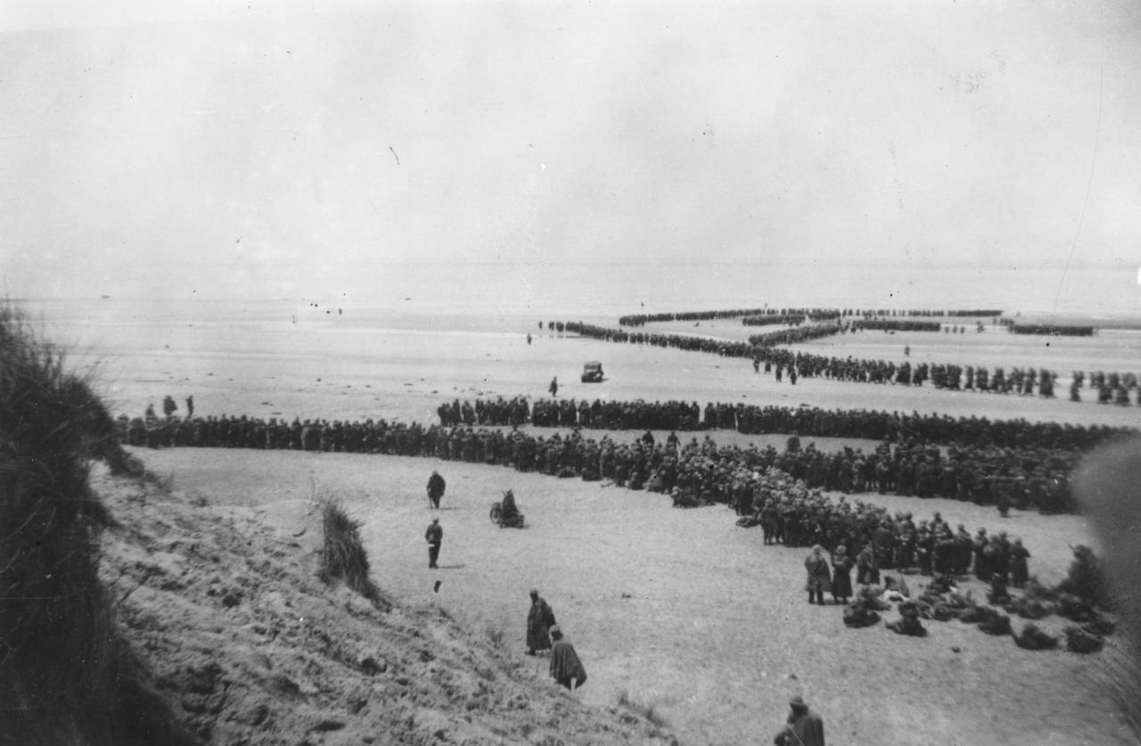 May 1940: Thousands of soldiers line up to be evacuated from Dunkirk. Of the 250,000 British troops (the British Expeditionary Force) stranded at Dunkirk after the fall of Belgium, 30,000 were lost in the heroic rescue, as well as all their equipment. (Photo by Fox Photos/Getty Images)