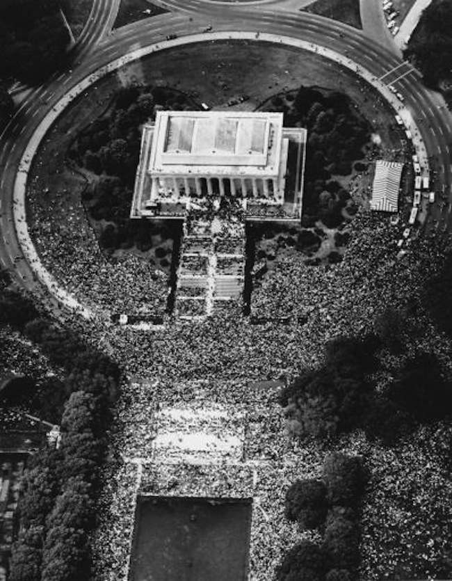 """Arial view of the masses who crowd the Lincoln Memorial in Washington, USA, in their freedom march during the historic speach of Dr. Martin Luther King """"I Have A Dream"""" August 28, 1963. (AP Photo/Str) --- Martin Luther King, Baptist, Bue?rgerrechtler, Marsch der Bue?rgerrechtler auf Washington : King bei seiner historischen Rede """"I Have a Dream"""" am Lincoln Memorial, Blick von oben auf die Teilnehmer am 28. August, 1963. (AP Photo/Str)"""