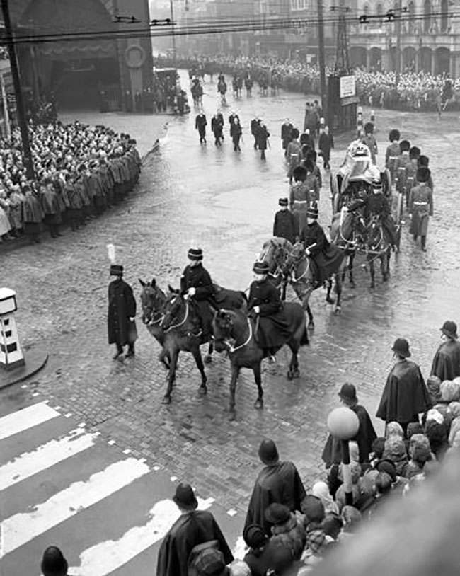 The coffin of King George VI leaves Kings Cross Station on its way to Westminster hall.