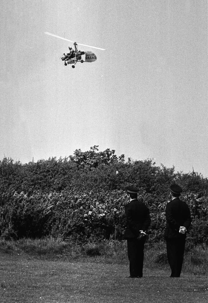 20th May 1975: Police using a Wallis autogiro to search for the missing Lord Lucan. (Photo by Angela Deane-Drummond/Evening Standard/Getty Images)