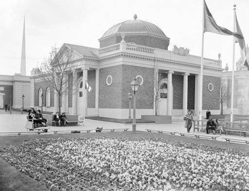 "Scene in the ""court of peace international section of New York world's fair in 1939, where President Roosevelt, speaking from the rostrum federal building (in background) an estimated 35,000 guests of after the fair opened its gates April."