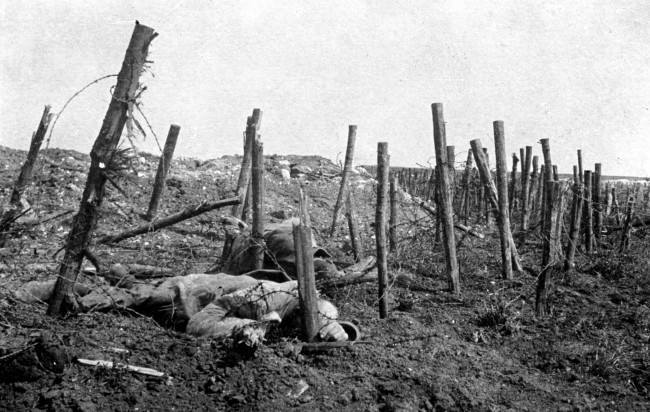 1915 : GERMAN SOLDIERS LIE DEAD IN A BELT OF BARBED WIRE DURING THE FIRST WORLD WAR.