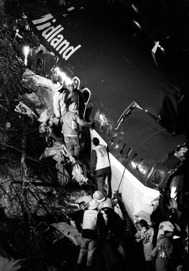 Library file dated 09.01.89. of rescue workers sifting through the broken remains of the British Midlands Boeing 737 400 on the M1 motorway embankment where forty-seven were killed when the aircraft crashed on Friday, January 8, 1989 near Kegworth, Leicestershire.