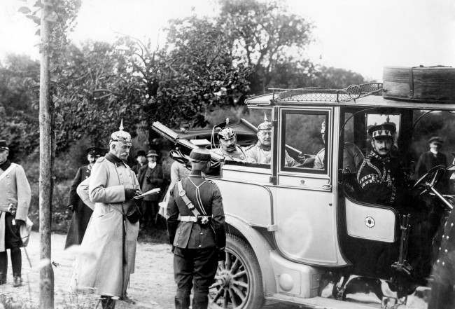 Kaiser Wilhelm II asks a German officer about the position of the Red Army. 1915