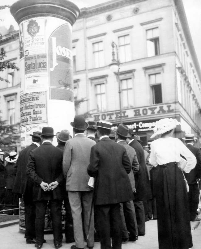 Pedestrians read war news on the Unter Den Linden in Berlin.