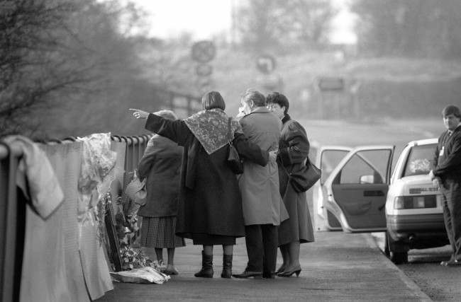 Relatives of people who died in the British Midland aircrash in the MI near Kegworth, leave flowers at a memorial on a bridge overlooking the crash site. Date: 08/01/1990