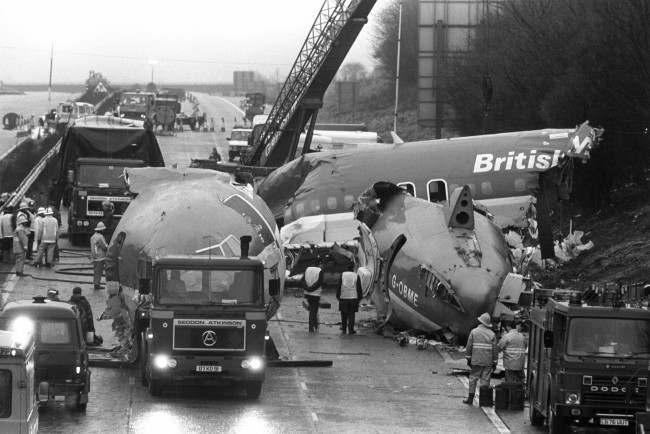 The scene on the M1 motorway near Kegworth, Leicestershire, as preparations are made to remove wreckage of the crashed British Midland Boeing 737. Date: 12/01/1989