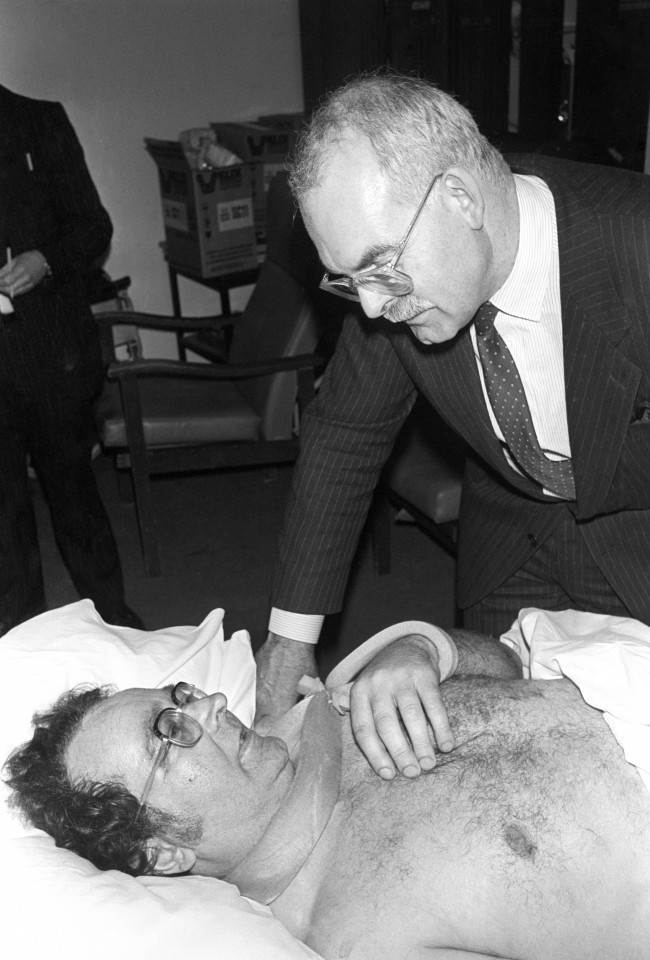 M1 air crash survivor Mr Alistair McCorry is visited by British Midland chairman Mr Michael Bishop at Laicester Royal Infirmary. Date: 11/01/1989
