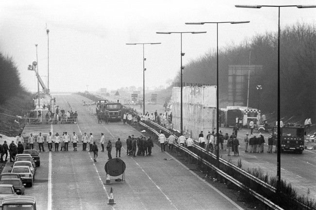 A line of police and soldiers spans the M1 motorway near Kegworth in Leicestershire to start a finger-tip search of the area around the crashed British Midland 737, which crashed just a few hundred yards short of the runway at East Midlands Airport. Date: 10/01/1989