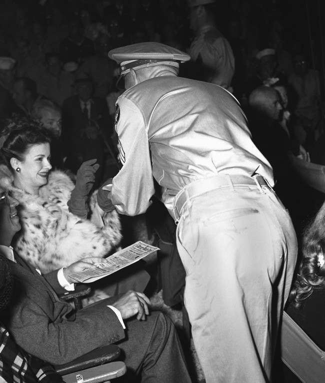 "Jan Bennett, film star, proves herself something of a magician in conjuring up service men who want autographs at Orson Welles' ""Mercury Wonder Show' in Hollywood, Los Angeles, California on August 9, 1943. (AP Photo)"