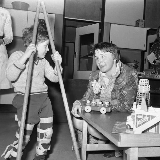 Lisbet Palme, wife of Sweden's Prime Minister Olof Palme (unseen) chatting with Andrew who is having treatment, during a visit to the Psychiatric Day Centre at the Great Ormond Street Hospital for Children in London, England on April 7, 1970.