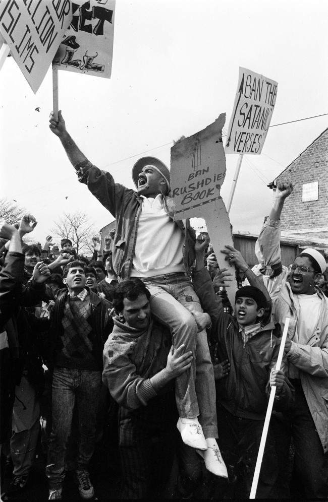 "PA NEWS PHOTO MARCH 1989 OVER 2000 MOSLEM PROTESTERS MARCH THROUGH SLOUGH IN BERKSHIRE TO PROTEST ABOUT SALMAN RUSHDIE'S BOOK ""THE SATANIC VERSES"" Date: 00/03/1989"