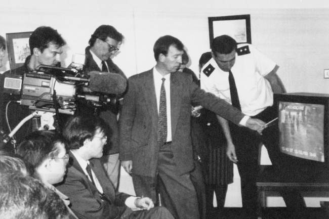 CHIEF INSPECTOR GEOFF MACDONALD SHOWING A SECURITY VIDEO OF MISSING TODDLER JAMES BULGER LEAVING THE STRAND SHOOPING CENTRE IN BOOTLE, MERSEYSIDE, WITH TWO YOUTHS, AT A PRESS CONFERENCE.  Date: 14/02/1993