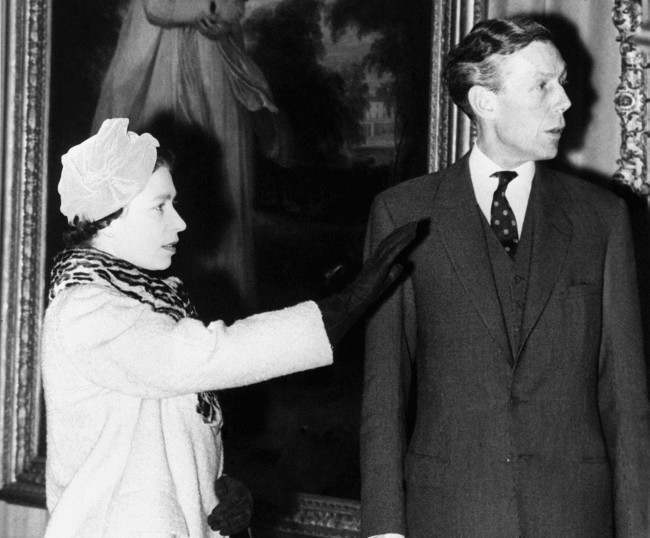 Queen Elizabeth II discusses some of the exhibits with Sir Anthony Blunt (extreme right), watched by Sir Kenneth Clark (extreme left), during her visit to the Courtauld Institute of Art, London University. On 16th November 1979, Sir Anthony Blunt, the Queen's Adviser on Art, was exposed as a Russian Spy and part of the notorious Cambridge Spy Ring Date: 19/02/1959