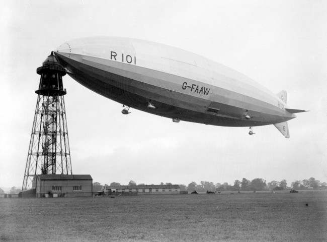 5TH OCTOBER: ON THIS DAY IN 1930 THE BRITISH AIRSHIP R.101 EXPLODES WHILST MOORING IN FRANCE PA NEWS PHOTO 1/10/30 THE R.101 ZEPPELIN AIRSHIP AT THE MOORING MAST AT CARDINGTON