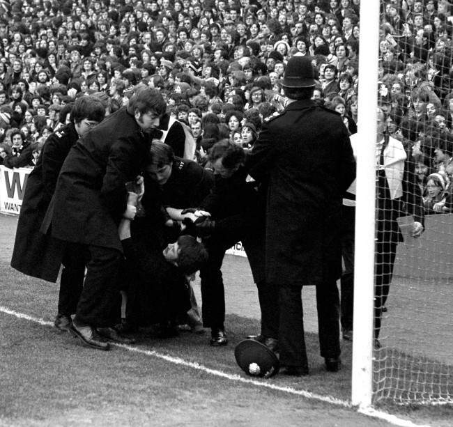 Soccer - English First Division - Tottenham Hotspur v Manchester United - White Hart Lane A touchline tussle, as police deal with unruly spectators. Ref #: PA.2263273 Date: 12/02/1977