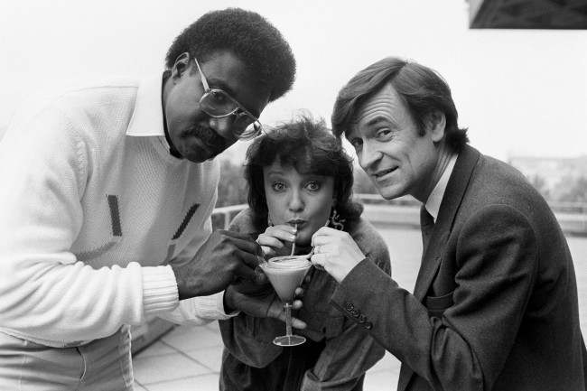 Lancashire cricketer Clive Lloyd and Radio One disc jockey, Janice Long help Professor Anthony Clare (right) to launch Drinkwise London, with the aid of an alcohol-free cocktail, at The National Theatre, London. Date: 29/09/1986