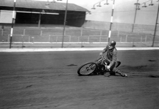 New Cross rider George Newton at speed.   Date: 28/03/1935