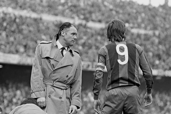 Primera Liga - Barcelona v Espanol. Barcelona coach Rinus Michels (l) has a word with captain Johan Cruyff (r)