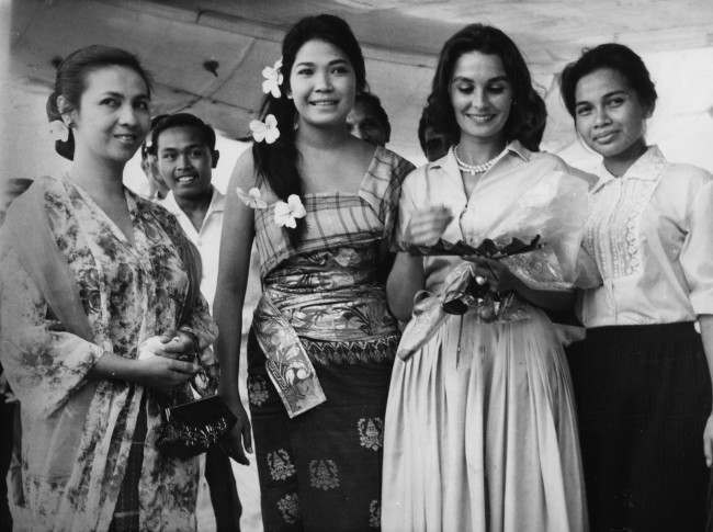 "British-born actress Jean Simmons, second from right, is greeted by the wife of an Indonesian film official and two leading Indonesian actresses as she arrives at Jakarta's, Indonesia, airport March 28, 1962. From left to right: Mrs Usmar Ismail, wife of director general of Perfini, actress Rima Melati, Mrs. Simmons and actress Wati Wahab. Jean Simmons arrived with a team in Indonesia looking for locations for Joseph Conrad's film""Lord Jim""."