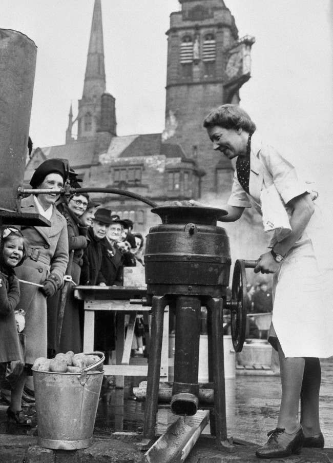 A lady operates a semi-mobile canteen on the streets of Coventry following Lord Woolton's statement that the Ministry of Food had completed arrangements for feeding 20 percent of the population of Great Britain and Northern Ireland in the event of an emergency. Plans had been made for providing over 20,000,000 hot meals a day or 5,000,000 full course meals. Date: 01/10/1943