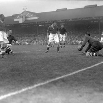 1937: Matt Busby's Liverpool FC Take On Chelsea