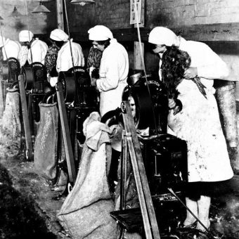 1932: Women Pluck Chickens By 'Kingdon' Machine Ready For Canning At Ightham Kent