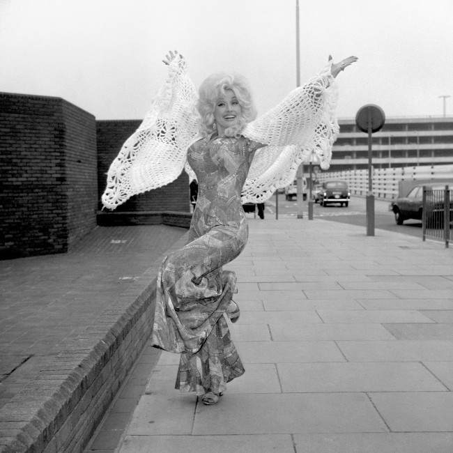 American singer Dolly Parton arrived at Heathrow airport to take part in the eighth International Festival of Country Music at Wembley. Date: 16/04/1976