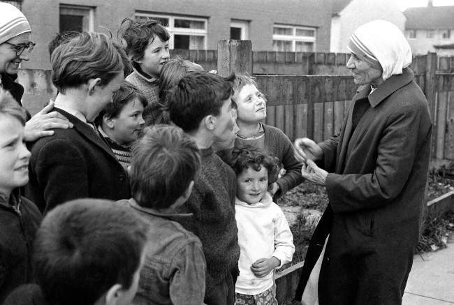 Mother Teresa making friends with Belfast children, where she is to start a mission in Belfast, Northern Ireland on Nov. 6, 1971.