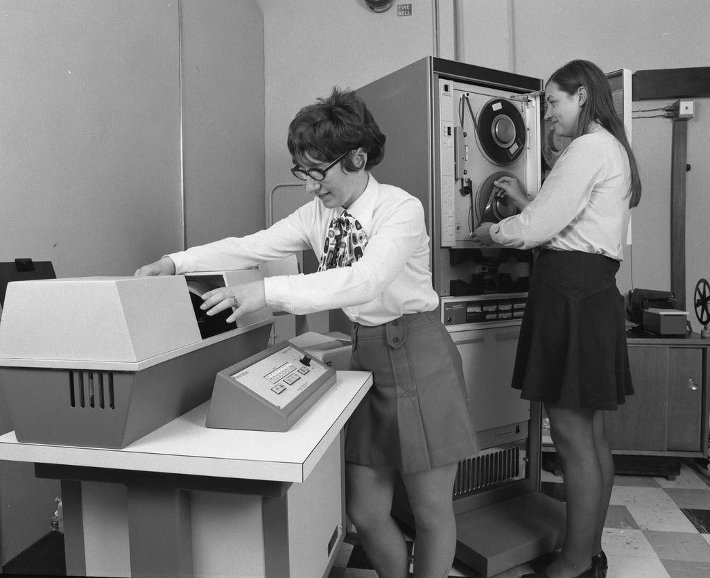 Mini Skirt Monday: Minis and Vintage Computers |