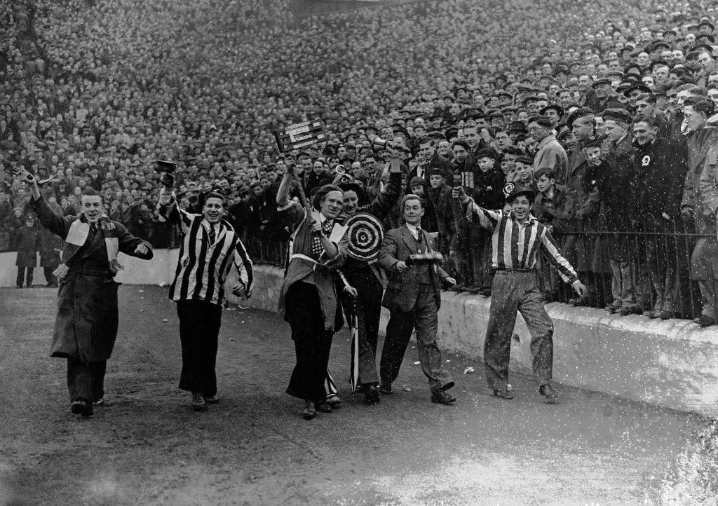 occer - FA Cup - Third Round - Charlton Athletic v Newcastle United - The Valley Newcastle and Charlton supporters walk around the ground in front of the crowd. Ref #: PA.8757879  Date: 10/01/1948