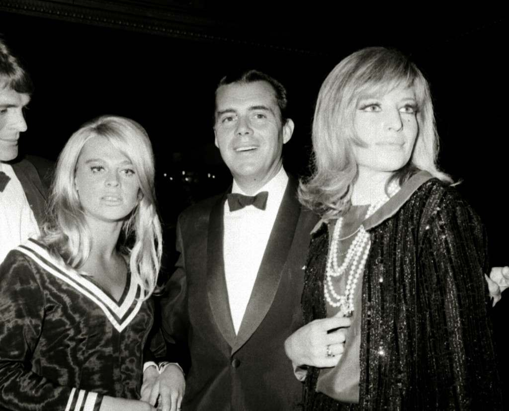 Dirk Bogarde arriving with British actress Julie Christie (l) and Italian actress Monica Vitti, for the European premiere of the film 'Darling'. 16/09/1965