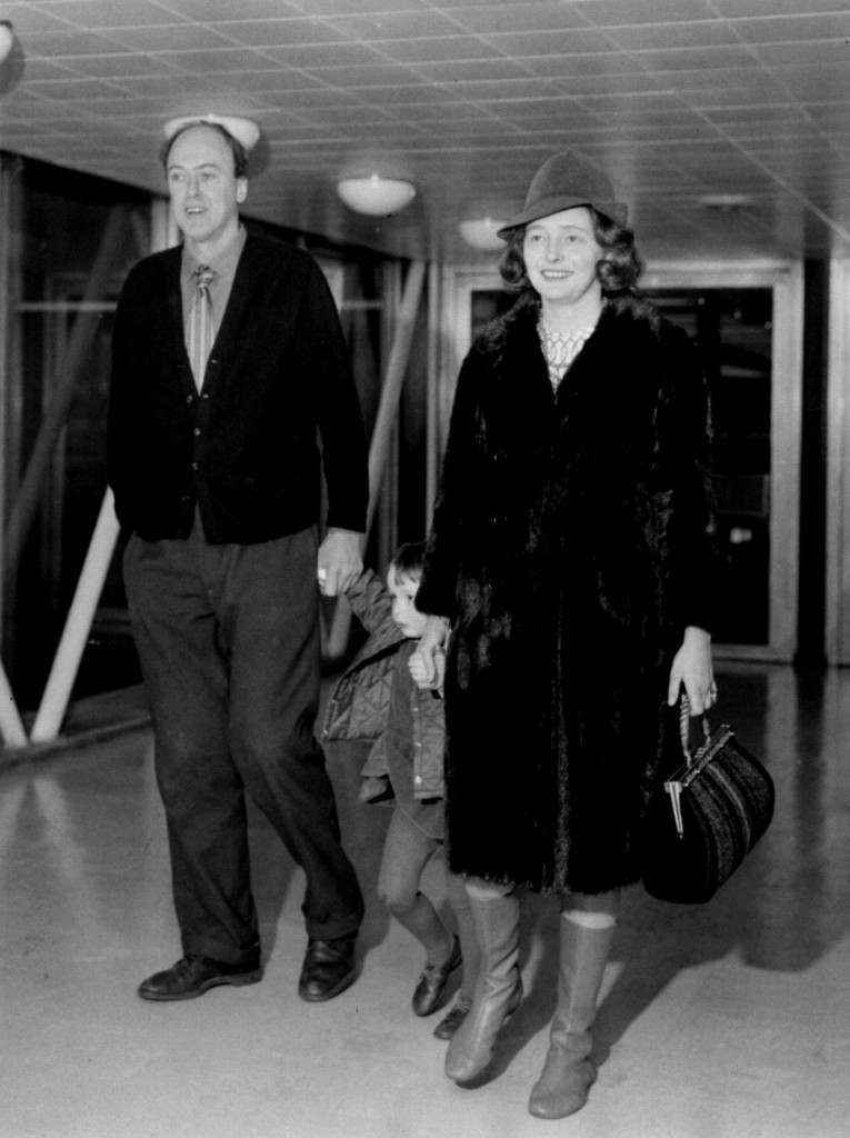PA NEWS PHOTO 30/1/68 PATRICIA NEAL WITH HUSBAND WRITER ROALD DAHL AND HER THREE YEAR OLD DAUGHTER OPHELLA AT HEATHROW AIRPORT IN LONDON. Ref #: PA.1072577  Date: 30/01/1968
