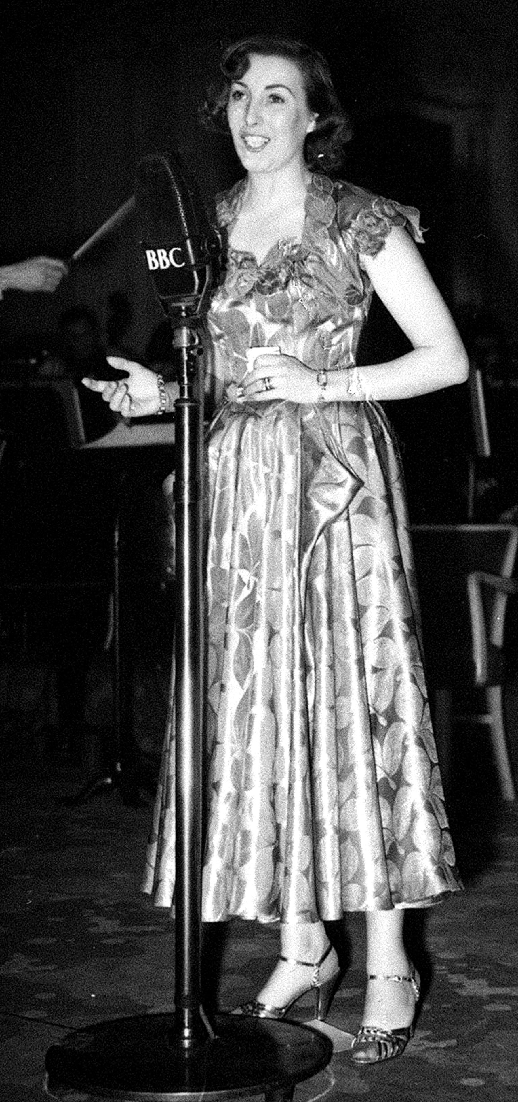Vocalist Vera Lynn on stage at Grosvenor House, London, for the 1949 National Radio Awards presented to popular broadcasters.  12/01/1950