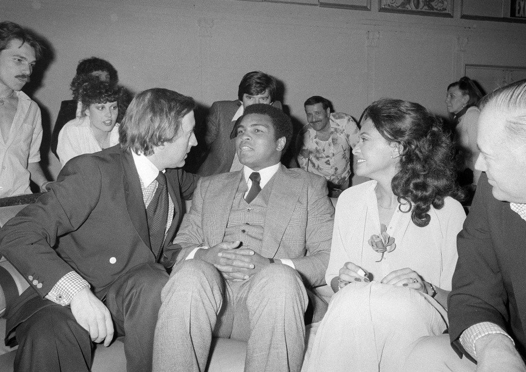 Muhammad Ali, despite having been defeated as the world heavyweight boxing champion, still finds himself the center of attention during a visit to New York's Studio 54, March 25, 1978. Chatting with Ali is television interviewer David Frost, left. Others are unidentified. (AP Photo) Ref #: PA.17642639 Date: 25/03/1978