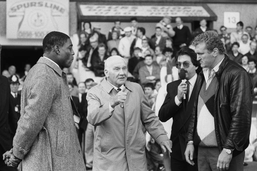 Former Tottenham Hotspur Manager Bill Nicholson (c) tosses a coin to determine which corner the fighters (Frank Bruno (l) and Joe Bugner) will fight out of. Archive-PA224835-14 Ref #: PA.8340777  Date: 18/10/1987