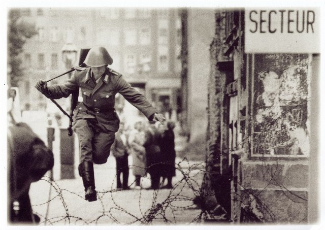 [Imagen: East-German-border-guard-Conrad-Schumann...ibing1.jpg]