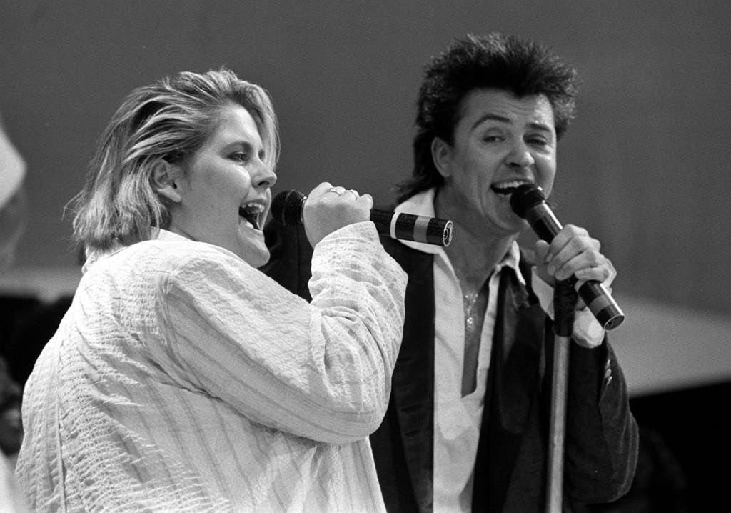 ALISON MOYET AND PAUL YOUNG ON STAGE DURING THE LIVE AID CHARITY CONCERT.