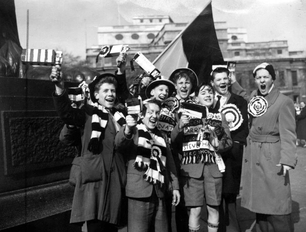 Soccer - FA Cup Final - Bolton Wanderers v Manchester United - Wembley Stadium Bolton Wanderers fans cheer in Trafalgar Square, London before going to Wembley Stadium to see their team play against Manchester United in the FA Cup Final. Ref #: PA.1194330 Date: 03/05/1958