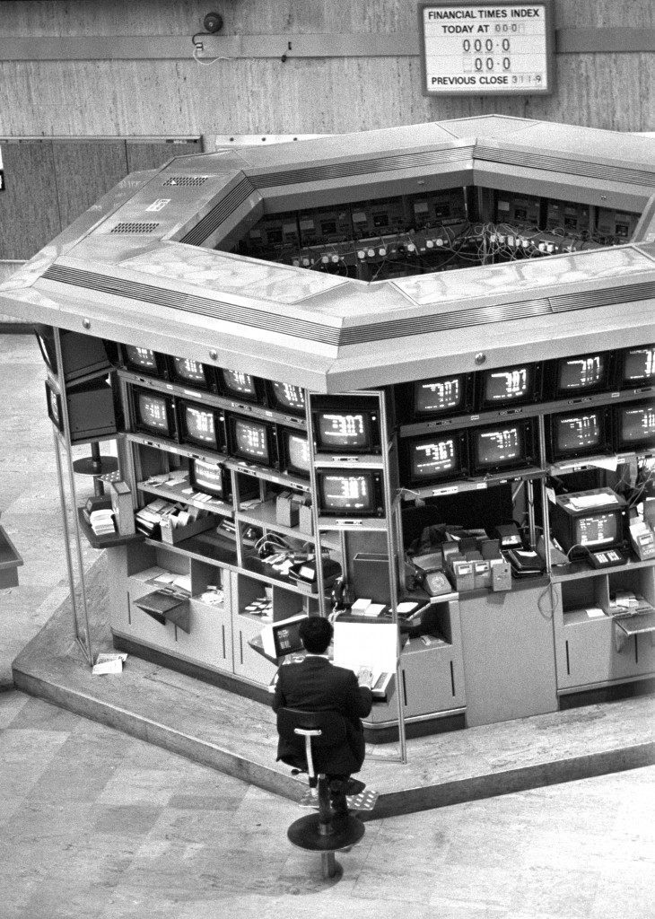 """Dealing on the new high technology computer systems begins on the floor of the London Stock Exchange as the City's """"Big Bang"""" shake-up takes off. Ref #: PA.1743056  Date: 27/10/1986"""