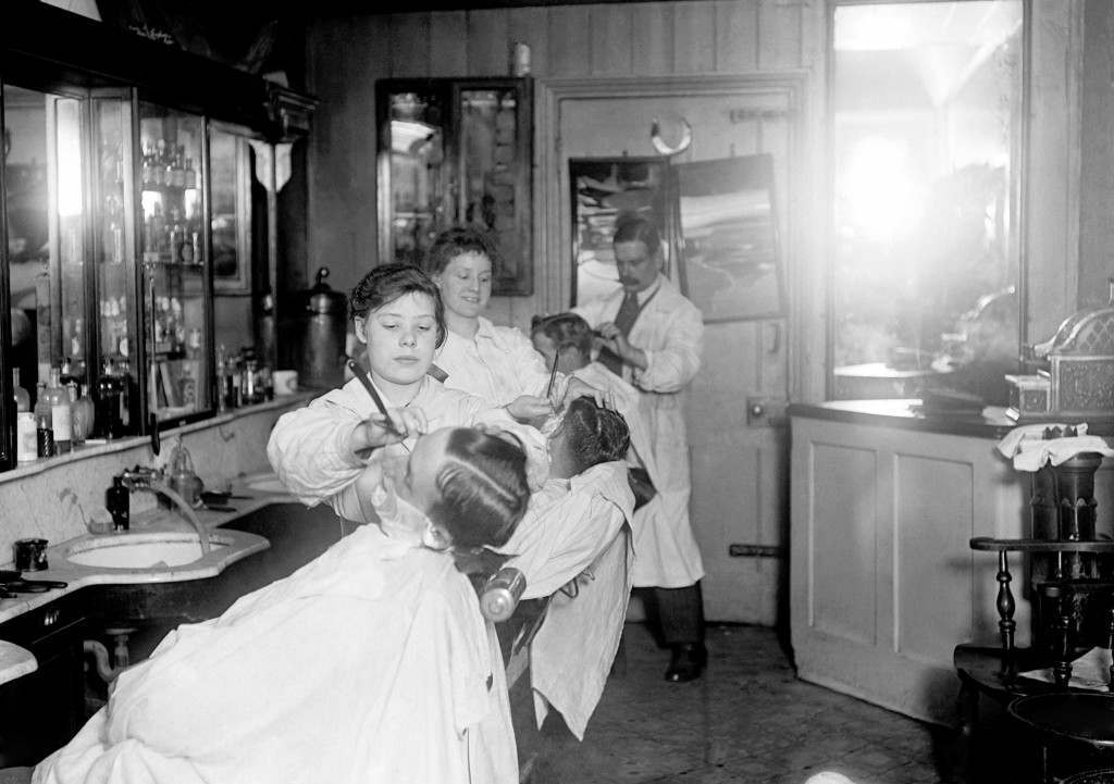 A fifteen year old girl works in a barber's shop near to Waterloo Station. Women were encouraged to take on roles traditionally reserved for men, as many of the men were away fighting in the trenches. Picture date: 14th June 1918. Ref #: PA.4746563