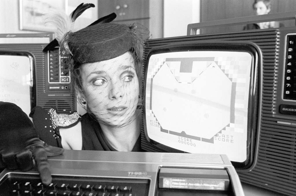 Jacqueline Pearce the scheming Servalan in the TV series Blake 7, looks at the first talking computer for the home, made by Texas Instruments and retailing for £995. Ref #: PA.5786338  Date: 10/04/1980