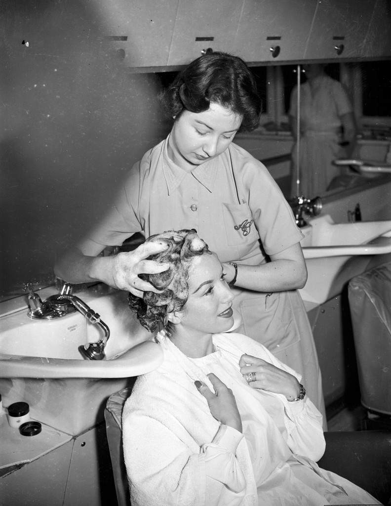Pat Kirkwood has her hair washed and cut for the role in the Peter pan pantomine Ref #: PA.6090255 Date: 10/12/1953