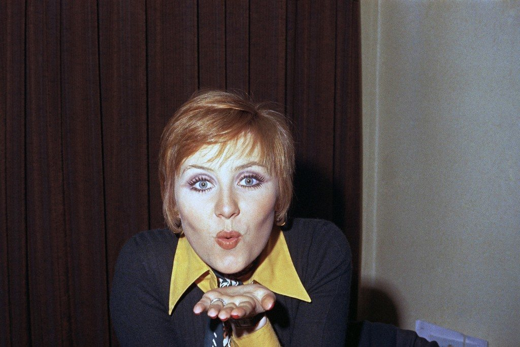 "Scotch pop singer Lulu blows a kiss during a news conference in London at which it was announced that she would star in the new stage production of ""Vanity Fair,"" Jan. 17, 1972. (AP Photo/Harold P. Matosian) Ref #: PA.8776752  Date: 17/01/1972"