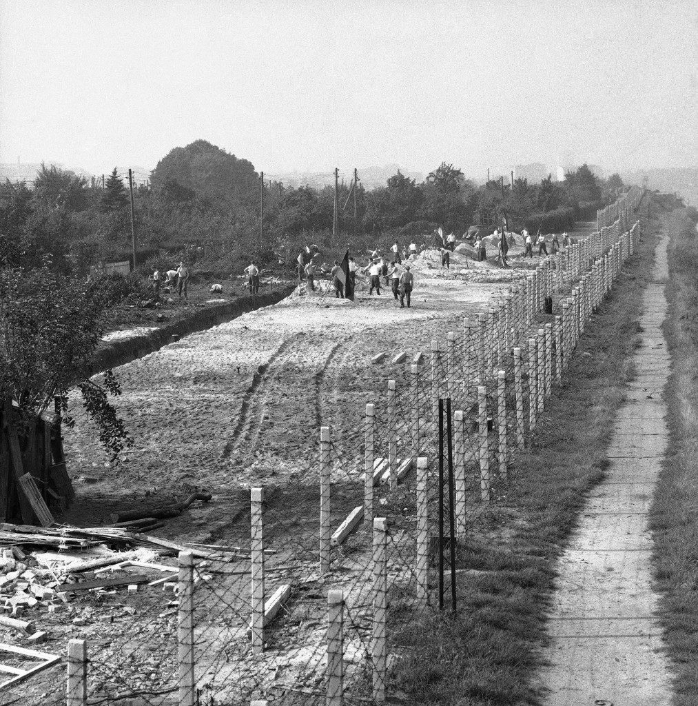 The Building Of The Berlin Wall - 1961-1962 - Flashbak