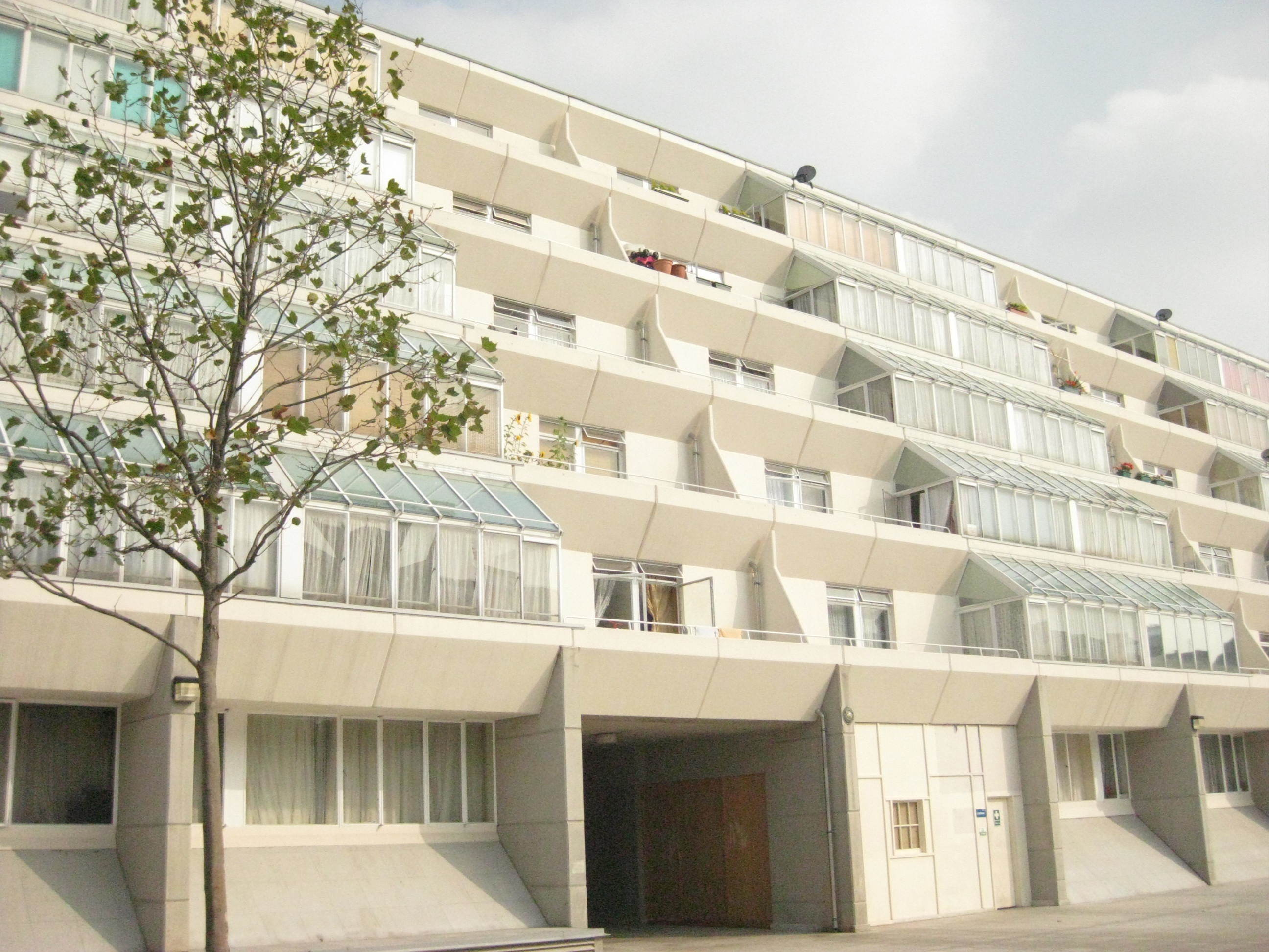 Brunswick Centre in 2009 with the cream paint originally envisaged by Hodgkinson.
