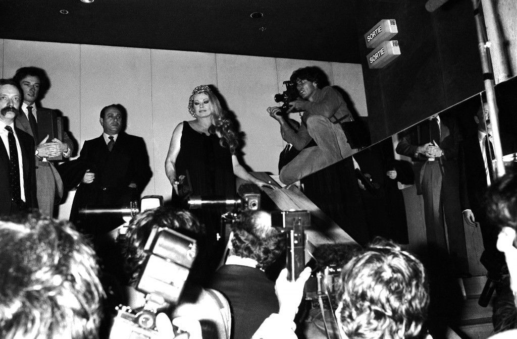 "Famous actress from Sweden Anita Ekberg is surrounded by photographers at the Museum of Modern Art in Paris, France on Thursday, Oct. 28, 1982. The actress, immortalized in the film ""La Dolce Vita"" is in Paris to take part in a TV program. (AP Photo/Jacques Langevin)"