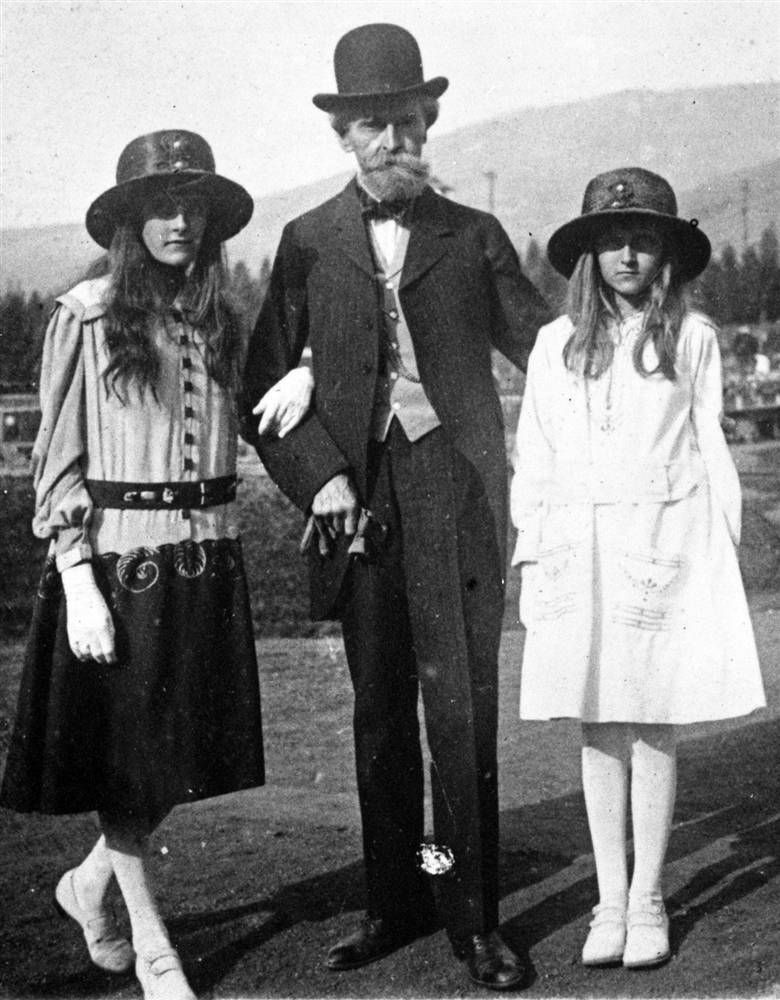 Clark with his daughters Huguette Clark (right) and Andrée (left) c. 1917 Donated to the Montana Historical Society in 1969